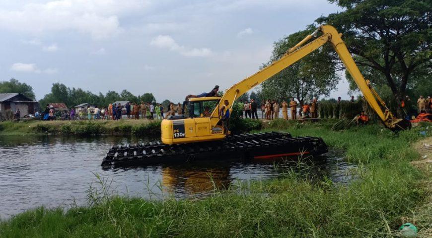 Penguburan Bangkai Babi dari Danau Siombak Medan Terkendala Air Pasang