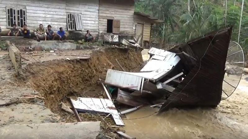 BPBD Provsu: Tim Badan SAR Kerahkan Helikopter Tangani Penanganan Korban Banjir di Labura